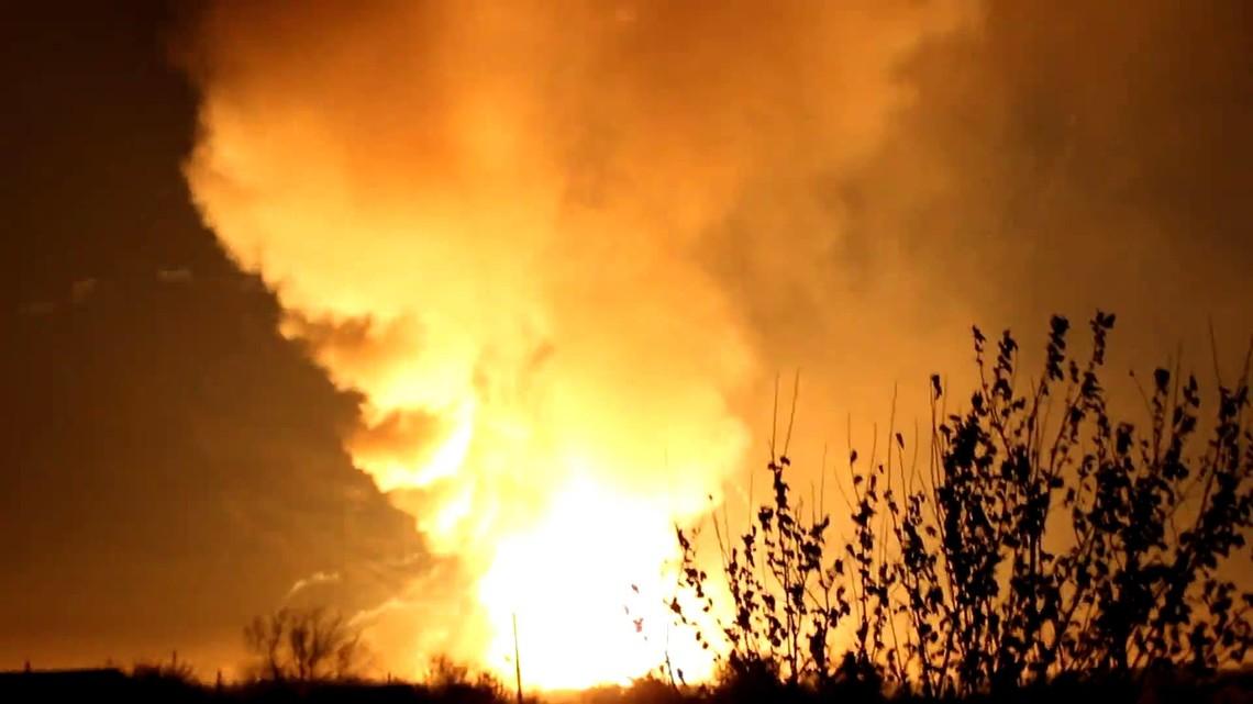 У зв'язку з високою температурою повітря в Станично-Луганському районі виникла пожежа й почали вибухати мінно-вибухові пристрої.