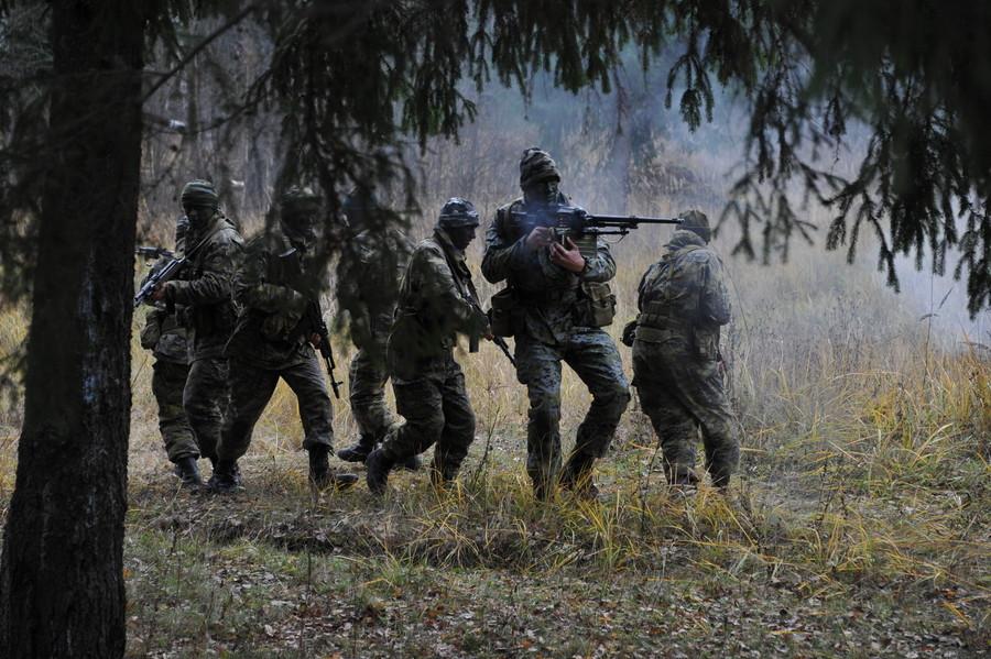 Зокрема, російські інструктори відпрацьовують із жителями Луганська способи блокування та захоплення транспорту, розмежування мирного населення та збройних груп.