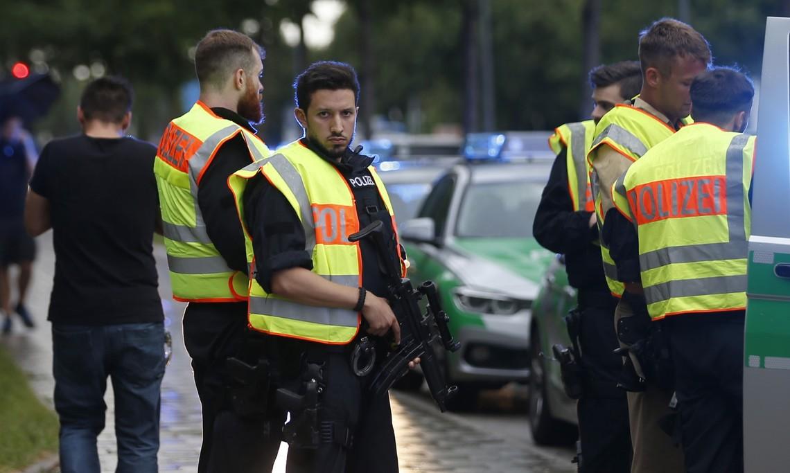 Внаслідок стрілянини в одному з торгових центрів Мюнхена загинули не менше 10 людей і сам нападник, яким виявився 18-річний німець іранського походження.