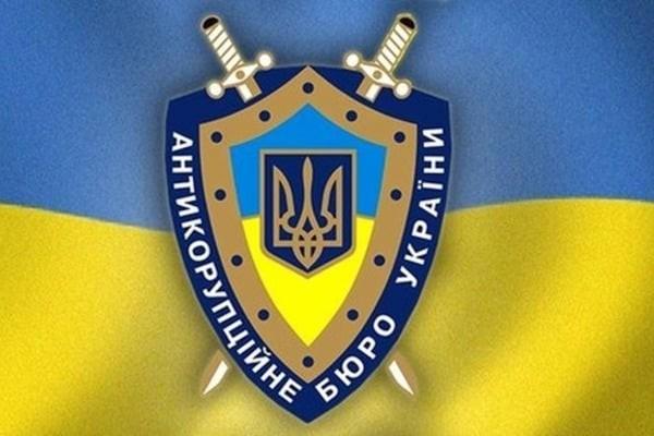 Затримані підозрюються в організації корупційної схеми, яка призвела до розтрати державних коштів на суму близько 50 млн грн.