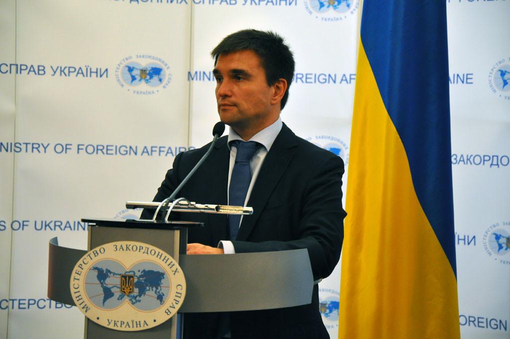 Сьогодні йдеться не про кандидатури або якісь конкретні речі, а про створення позитивної динаміки навколо припинення обстрілів і відведення бойовиків на Донбасі, яких фінансує Москва.