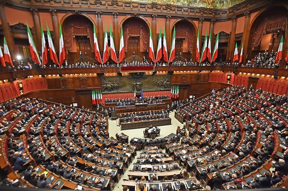 Напередодні італійський парламент навпаки ухвалив резолюцію із закликом про повне виконання Мінських угод.