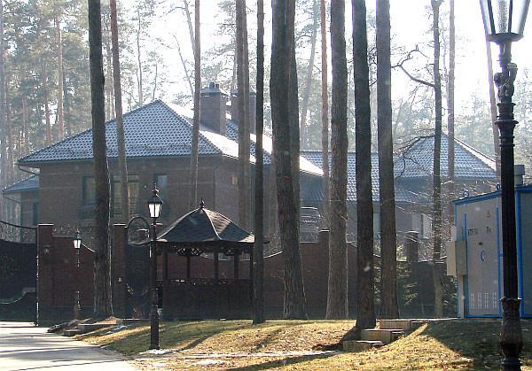 Будинок екс-заступника генерального прокурора Віктора Януковича Рената Кузьміна в Пущі-Водиці під Києвом арештував столичний суд. Колишній чиновник отримав ділянку і побудував на ній великий маєток незаконно.