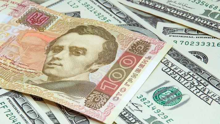 З прогнозу Fitch на 2017 рік випливає, що курс гривні може ослабнути до 28 гривень за долар в 2017 році.
