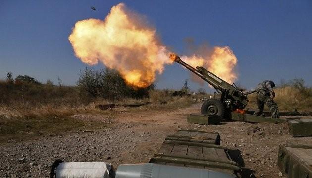 В зоні проведення АТО проросійські бойовики проводили обстріли українських позицій із забороненої Мінськом зброї.