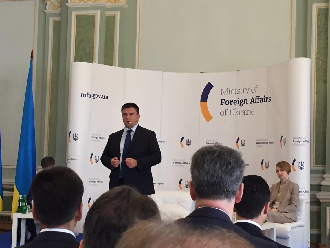 У столиці відбувається нарада, в якій беруть участь десятки українських та іноземних послів.