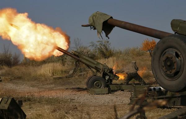 Гібридна армія РФ на Донбасі веде вогонь по українських позиціях із різних видів зброї, включаючи важкі міномети та артилерію.