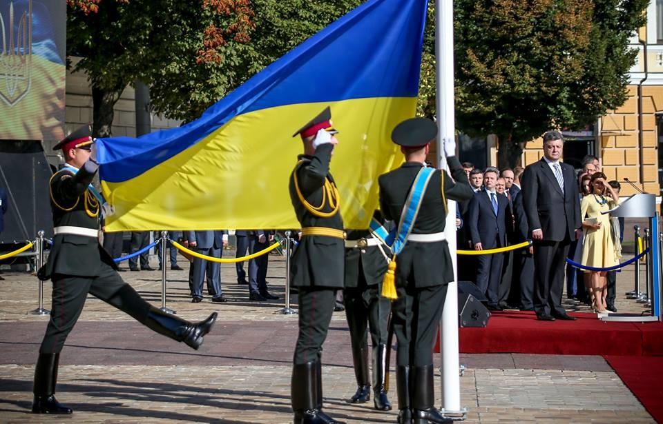 Президент України Петро Порошенко привітав країну та громадян із Днем державного прапора – символом мужності.