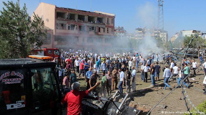 Попередньо повідомляється, що загинула одна людина, ще четверо – поранені, але невідомо, скільки людей було в будівлі.