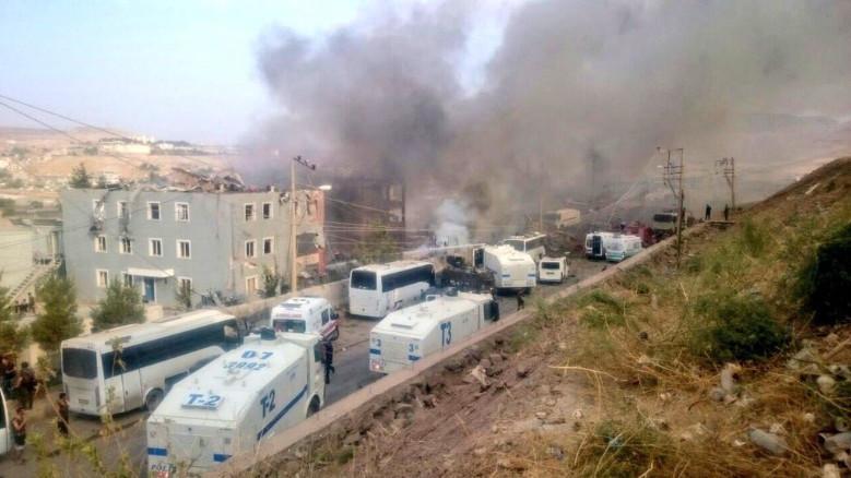 У регіоні Туреччини поблизу кордону з Іраком і Сирією стався теракт: біля будівлі поліції невідомі підірвали автомобіль.