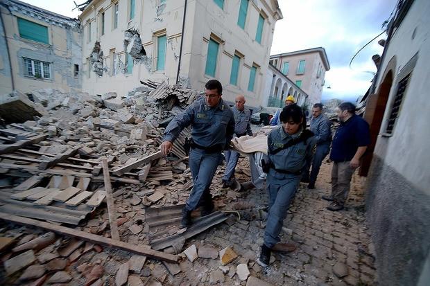 В Італії продовжують підраховувати кількість загиблих та поранених від землетрусу, яка постійно збільшується.