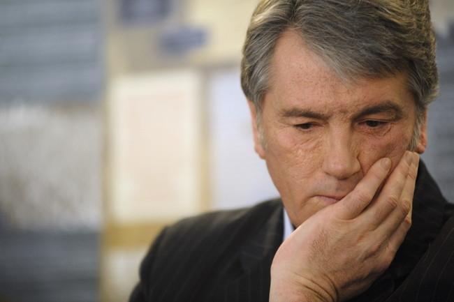 Екс-президент України Віктор Ющенко продавав на блошиному ринку старовинні вишиванки. В очікуванні покупців він пив каву з паперового стаканчика.