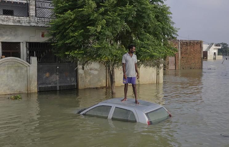 В Індії через повінь загинуло 156 осіб та постраждало близько 1,4 мільйона. Повені викликані підвищенням рівня води в шести великих річках, в тому числі в Гангу.