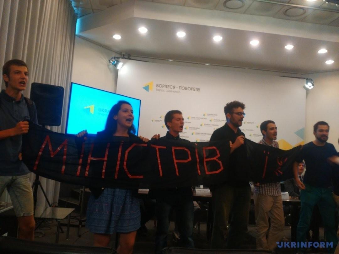 Стипендії, фінансування освіти, відкриття нових шкіл, перший дзвоник та запуск електронного декларування – головні теми обіцянок українських політиків минулого тижня.