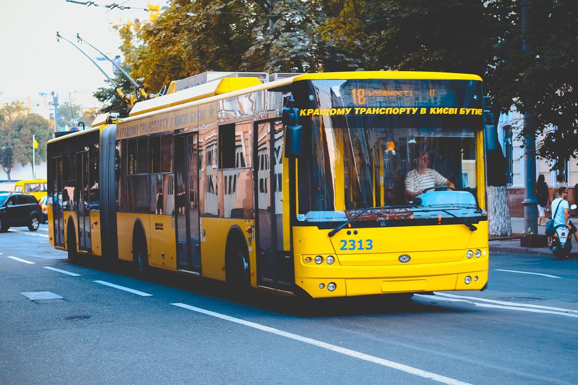 У Києві звільнили водія тролейбуса, який продавав пасажирам фальшиві талони на проїзд. У Київпастрансі продовжать розслідування, щоб встановити джерело і шлях надходження підробок.