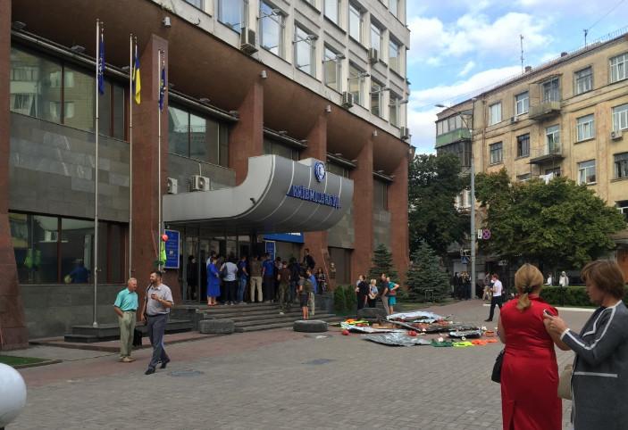 Азовці заблокували офіс ВАТ ХК Київміськбуд, відбувається спроба рейдерського захоплення будівлі.