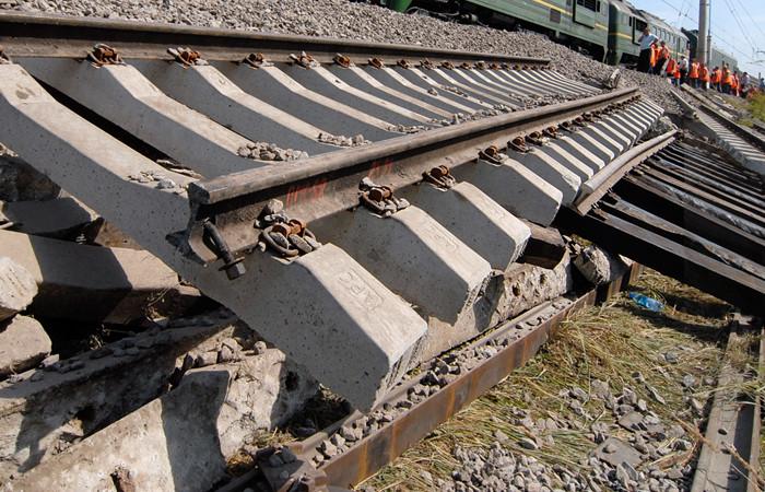 У Саратовській області Росії обвалився залізничний міст через річку Березівка. У результаті інциденту шість вагонів зійшли з рейок і два з них впали в річку.