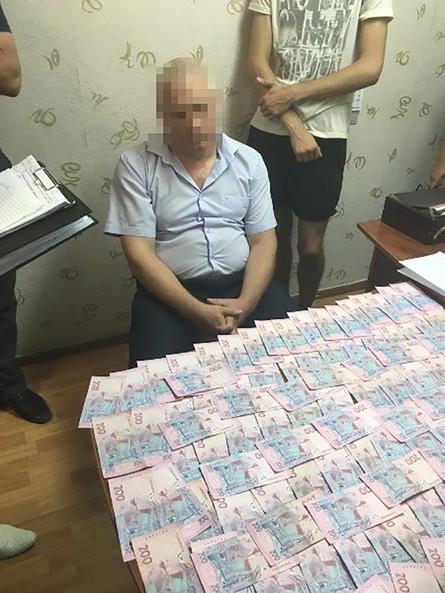 Служба безпеки України спільно з прокуратурою затримали на хабарі головного державного інспектора Головного управління Держпраці в Одеській області.