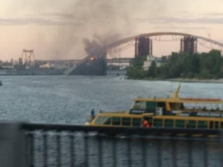 У Києві виникла пожежа на Подільському мостовому переході на Троєщину. Пожежники поки не можуть приступити до гасіння пожежі.