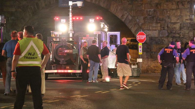 В американському штаті Нью-Джерсі в районі залізничної станції Елізабет прогримів вибух. Підозрілий пакет з вибухівкою виявили двоє чоловіків.