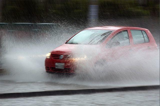 Водіїв закликають бути уважними та обережними на дорогах у зв'язку з погіршенням погодних умов на території деяких областей України.
