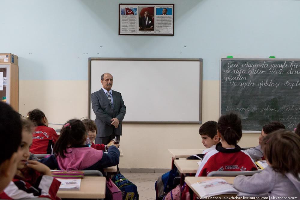 Влада Туреччини звільнила 27 тисяч 715 вчителів і відсторонила від роботи ще 9 тисяч 465 через підозри у зв'язках із тероризмом.