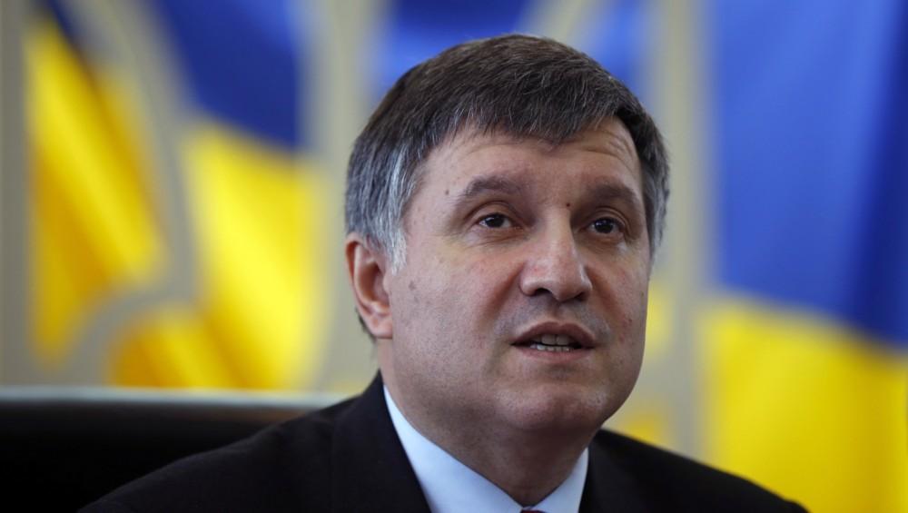 Міністр внутрішніх справ Арсен Аваков закликав Верховну Раду терміново змінити закон Савченко.