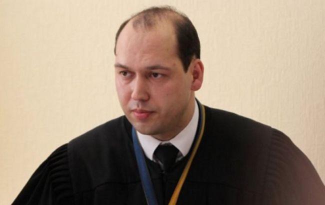 Суддю Печерського районного суду Києва Сергія Вова знову відсторонили від посади. Таке рішення ухвалено на засіданні Вищої кваліфікаційної комісії суддів.