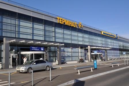 В аеропорту «Бориспіль» затримали винуватця, який влаштував стрілянину в кафе біля цирку. Затриманому загрожує до 15 років в'язниці.