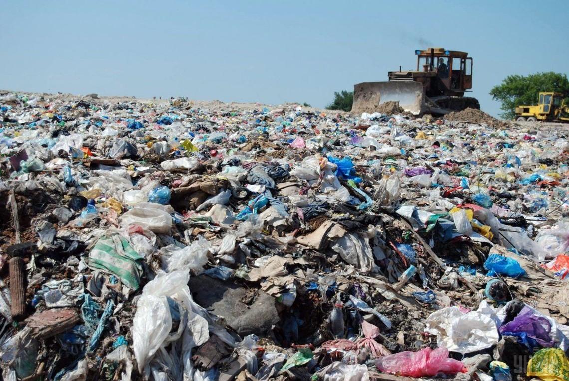 Дванадцять фур сміття з Львівщини привезли в райцентр Погребище Вінницької області. Фури з побутовими відходами почали блокувати місцеві жителі.