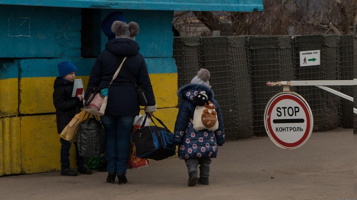 Більшість перетинає лінію зіткнення, щоб закупити українські продукти, побачитися з родичами та оформити необхідні документи.