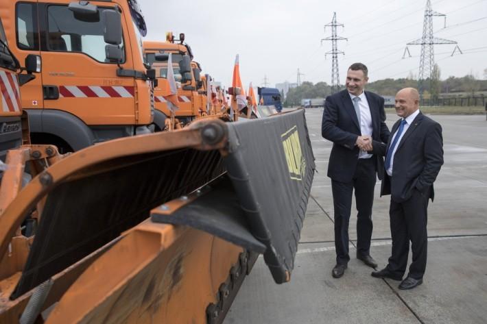 Федеральне міністерство транспорту та цифрової інфраструктури Німеччини передало Києву 15 одиниць багатофункціональної снігоприбиральної техніки, яка працюватиме на вулицях столиці в зимовий період.