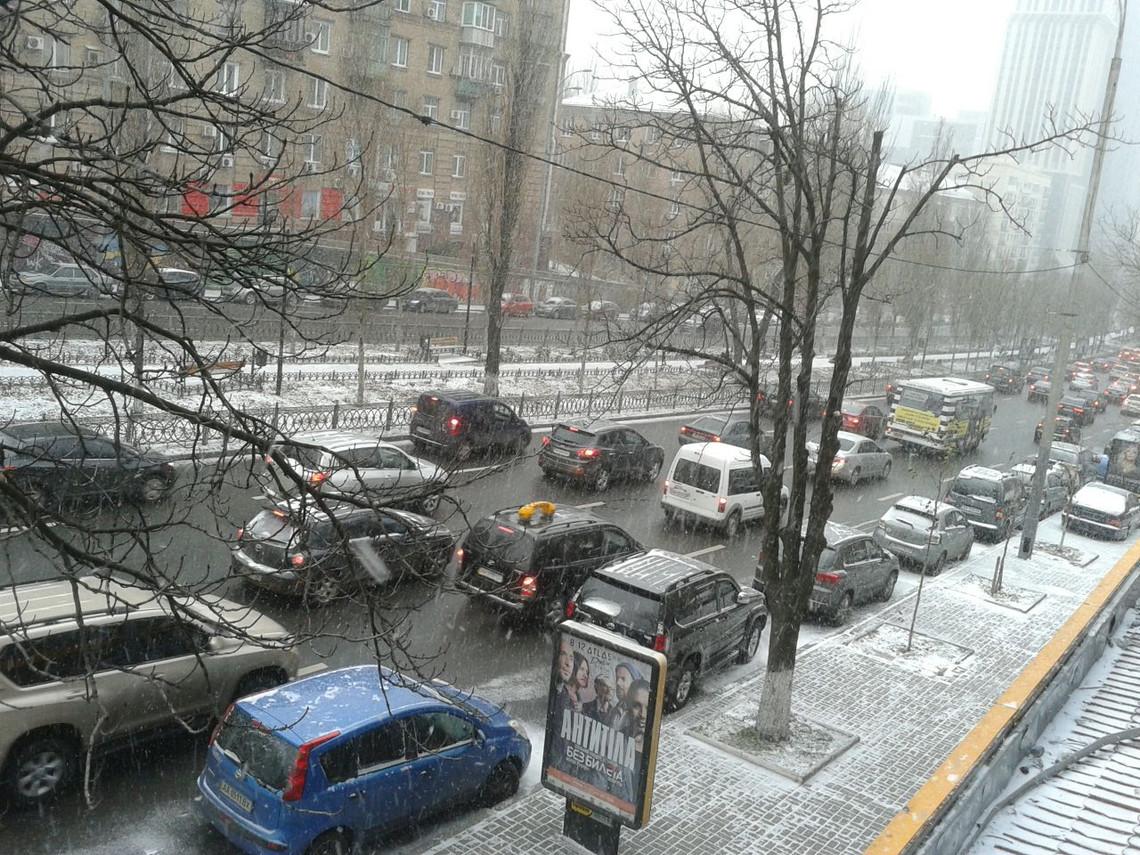 Город парализован 8-балльными пробками— Снегопад вКиеве
