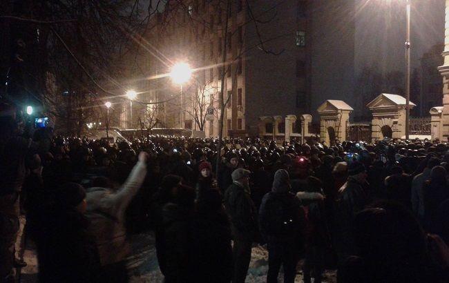 Десятки киевских радикалов направились кзданию администрации президента государства Украины