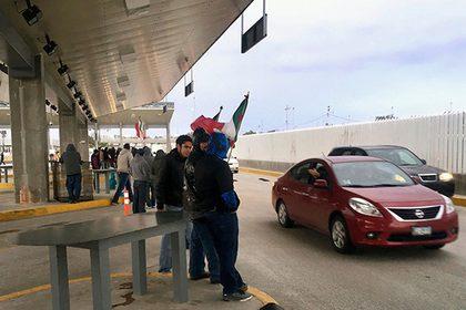 Протестующие захватили пункт пропуска награнице США иМексики