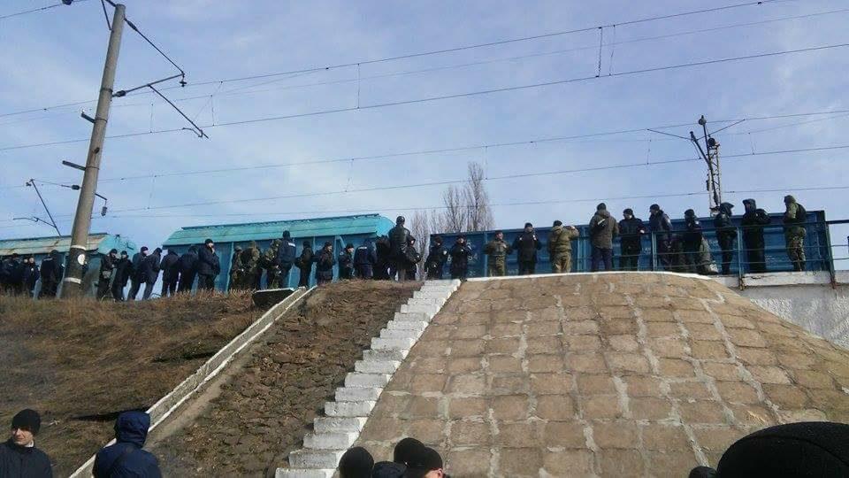 Участники транспортной блокады Донбасса хотят закончить работу «дочки» СбербанкаРФ вУкраинском государстве