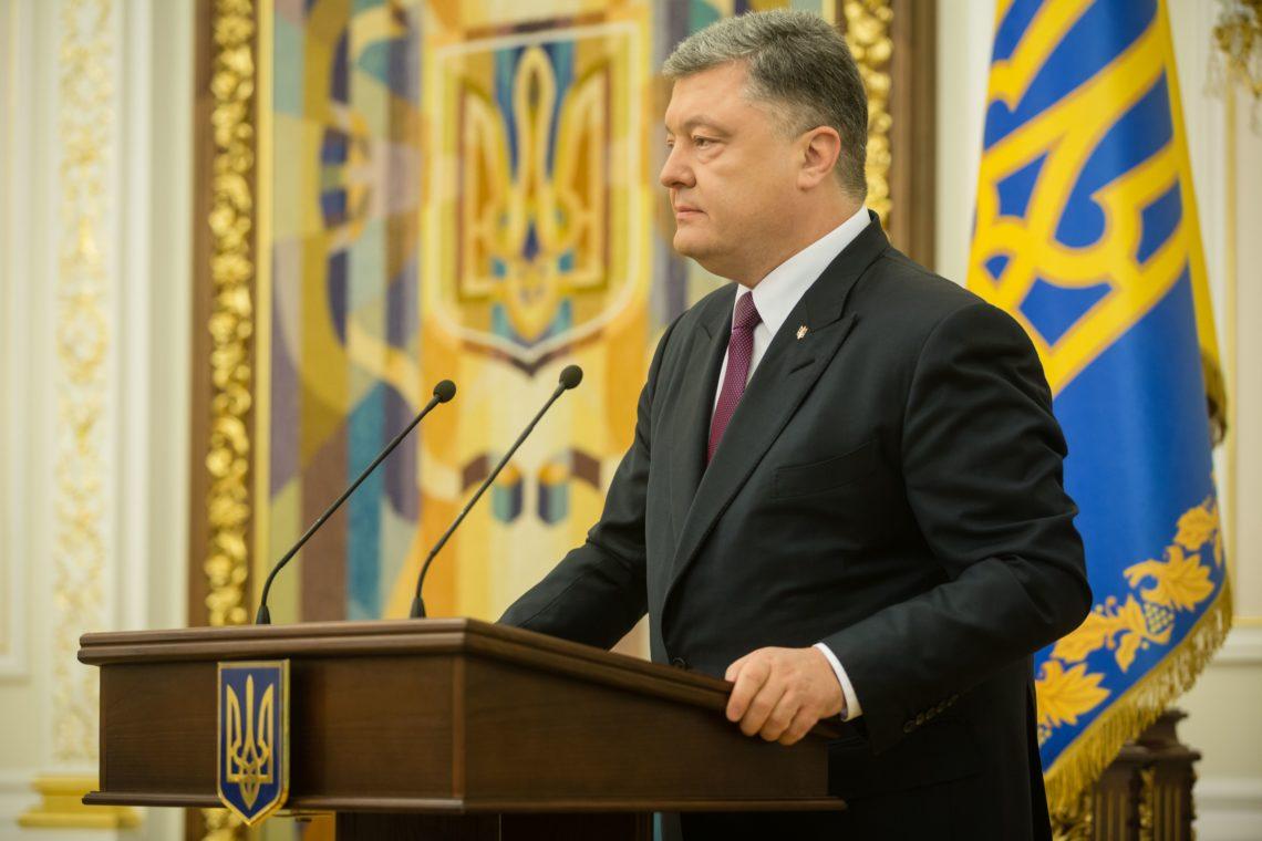 Порошенко призвал навсе 100% остановить транспортное сообщение с«ЛДНР»