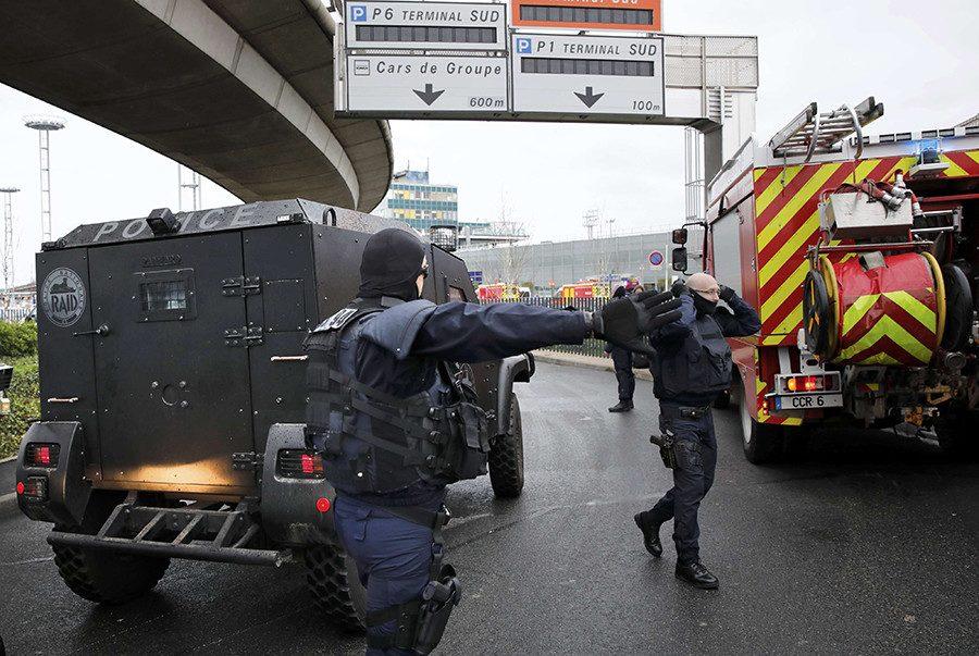 Ваэропорту Парижа неизвестный напал навоенный патруль