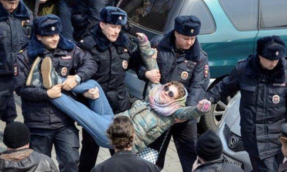 Силовики начали разгонять митинг против коррупции в столицеРФ