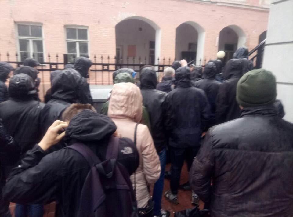 Радикалы заблокировали вход в сооружение Россотрудничества вКиеве