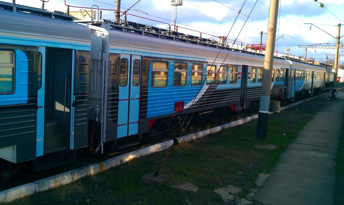 Люди легли нарельсы, перекрыв движение поездов вКиевской области
