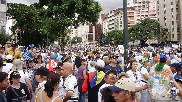 ВВенесуэле толпа забросала Мадуро разными предметами