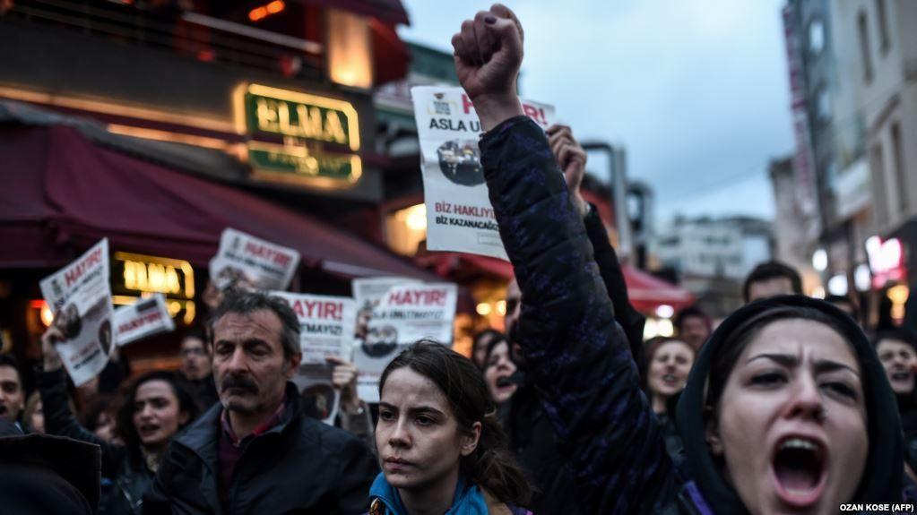 УСтамбулі тисячі людей протестували проти результатів референдуму