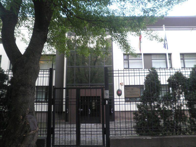 Обычная Украина: упосольства Литвы вКиеве взорвали дымовую шашку