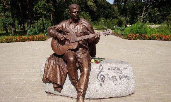 Монумент Марку Бернесу сперли нацветмет вНежине вгосударстве Украина