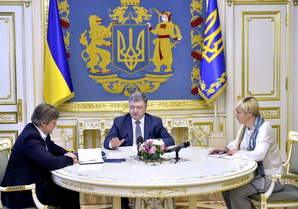 Порошенко принял решение укрепить гривну «деньгами Януковича»