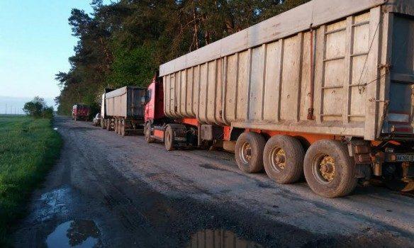 Львівське сміття затримали уволинському лісі