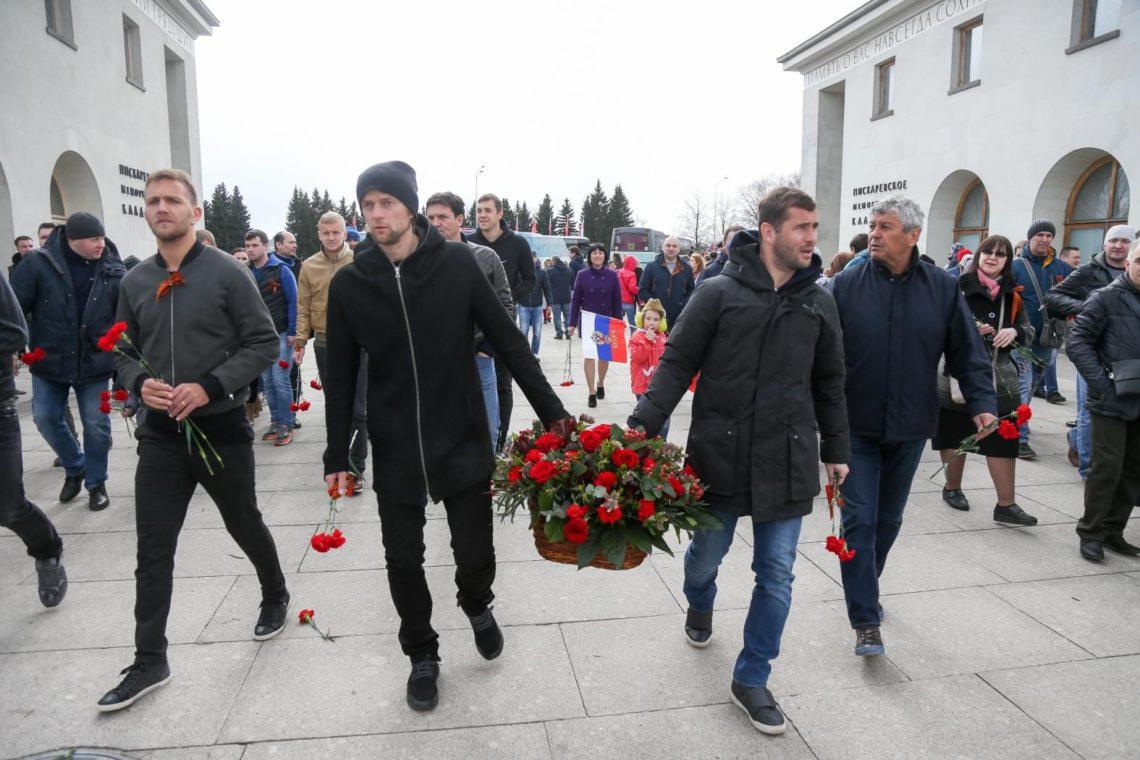 Экс-капитана сборной Украины увидели сгеоргиевской лентой напараде в РФ