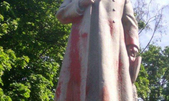 УМаріїнському парку вандали облили фарбою пам'ятник
