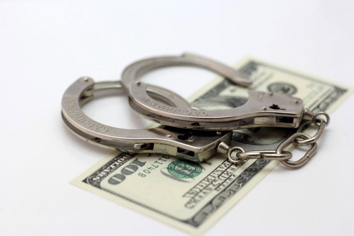Оперативники спецслужбы задержали заместителя начальника вблизи одного из зданий прокуратуры во время получения всей суммы взятки